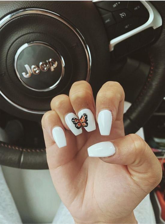 Бабочка монарх на белых ногтях