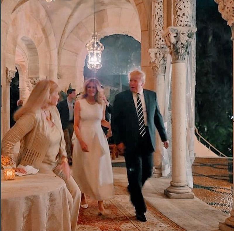 Мелания Трамп в белом платье и туфлях без каблука