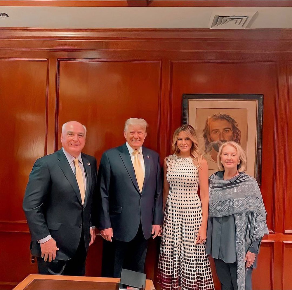 Мелания Трамп в белом женственном платье в горошек
