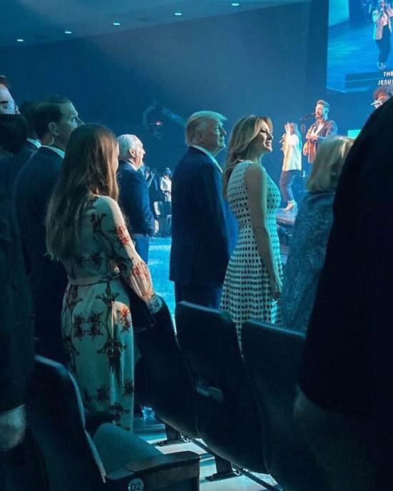 Мелания Трамп в платье без рукавов, украшенном горошком