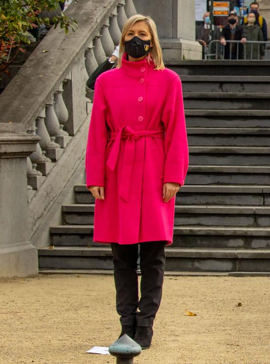Бельгийская министр в розовом пальто и черных ботильонах