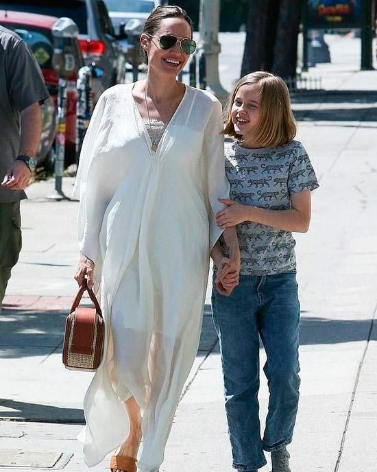 Анджелина Джоли в белом свободном платье макси, черные шлепки и очки авиаторы