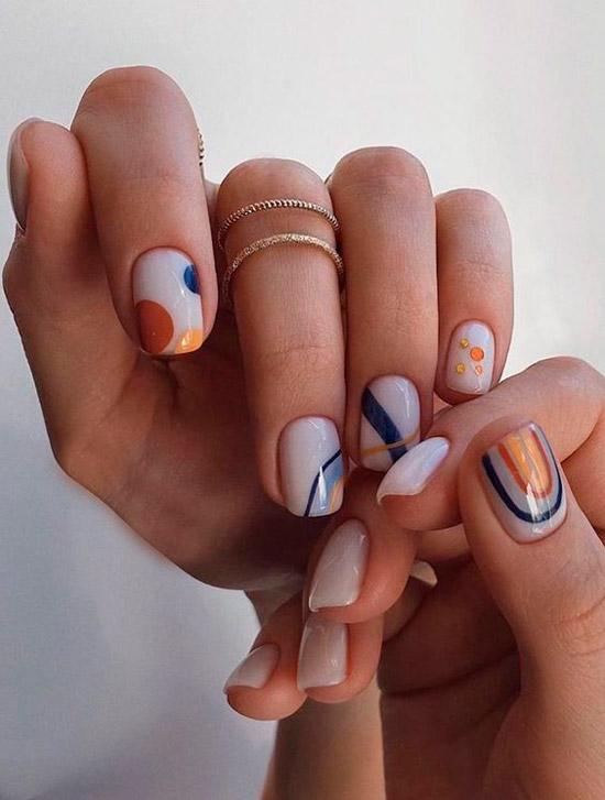 Белый маникюр с разноцветными линиями и кругами на коротких квадратных ногтях