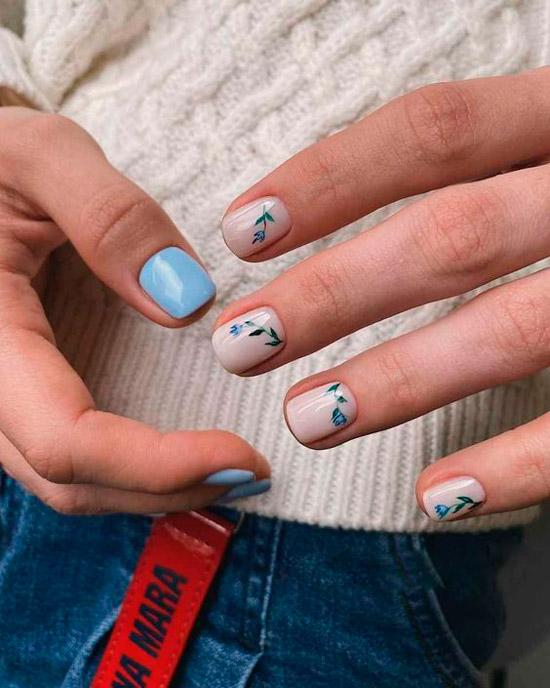 Белый маникюр с разноцветными мелкими цветочками на коротких ногтях