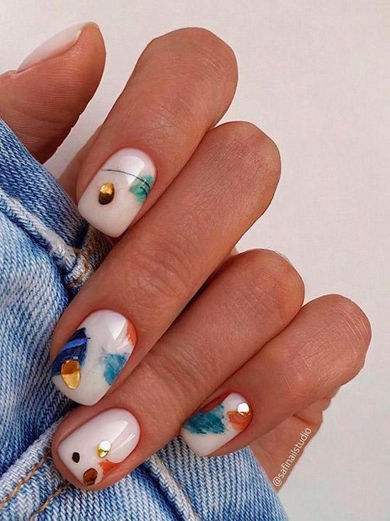Белый маникюр с разноцветными штрихами на коротких квадратных ногтях