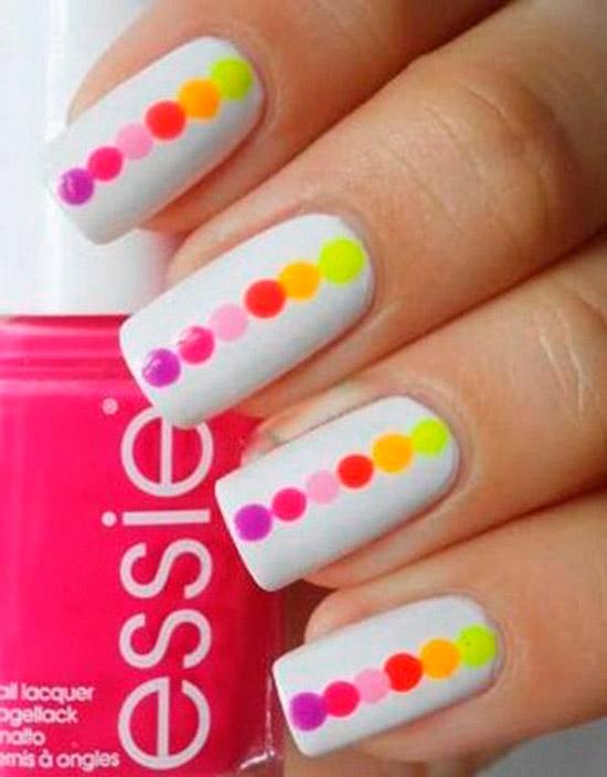 Белый маникюр с разноцветными точками на длинных квадратных ногтях