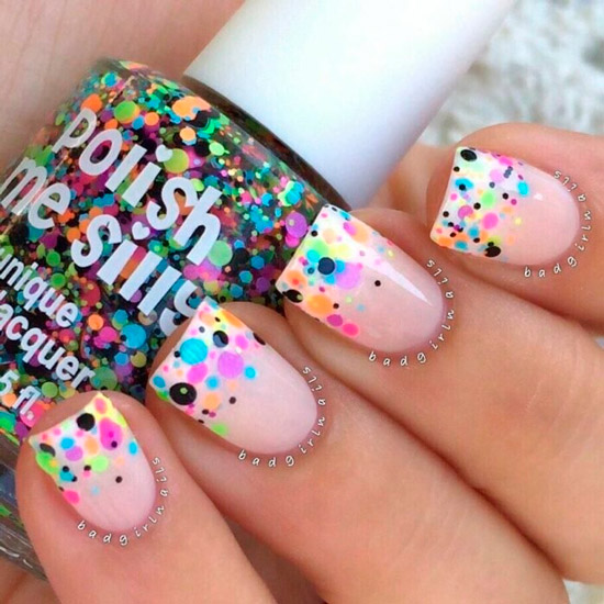 Бежевый маникюр с разноцветными блестками на квадратных ногтях средней длины