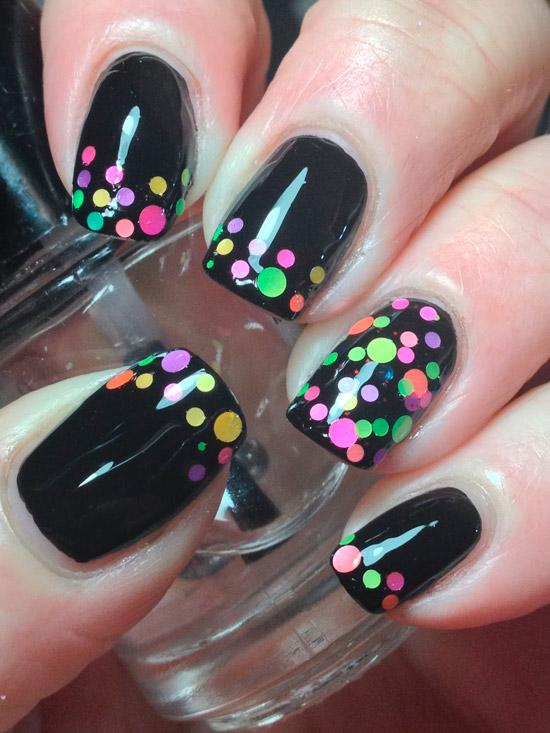 Черный маникюр с разноцветными блестками на квадратных ногтях средней длины
