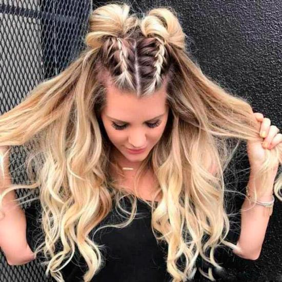 Девушка с косами и пучками на макушке, снизу распущенные волосы с локонами