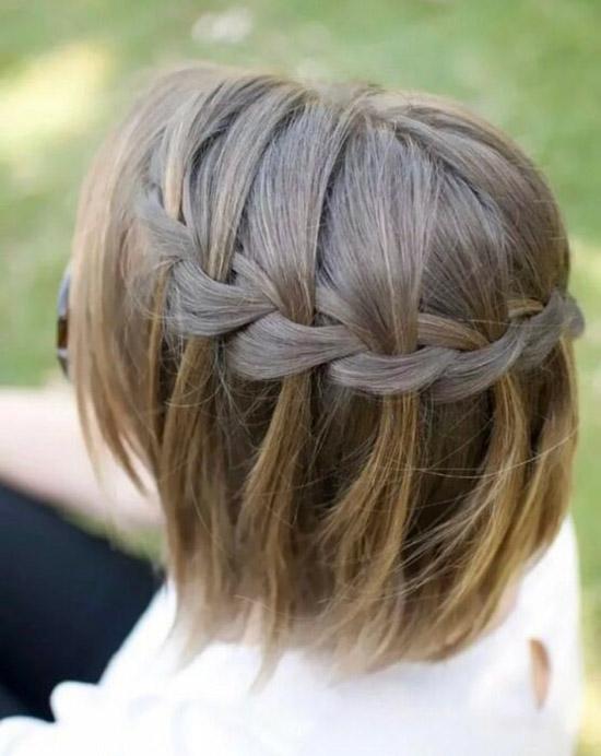 Девушка с косичкой на коротких натуральных волосах