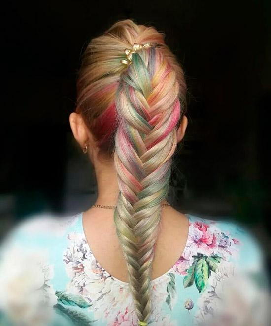 Девушка с косой рыбий хвост на длинных светлых волосах с разноцветными оттенками
