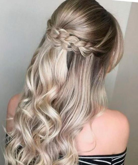 Девушка с красивой прической на светлых волосах с локонами снизу