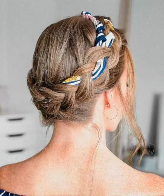 Девушка с круговой косой украшенная платком на светлых натуральных волосах