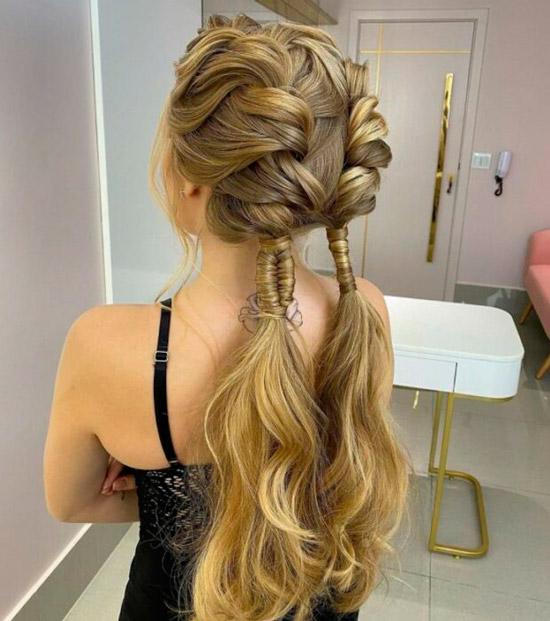 Девушка с необычными косичками на длинных золотых волосах с распущенными хвостиками снизу