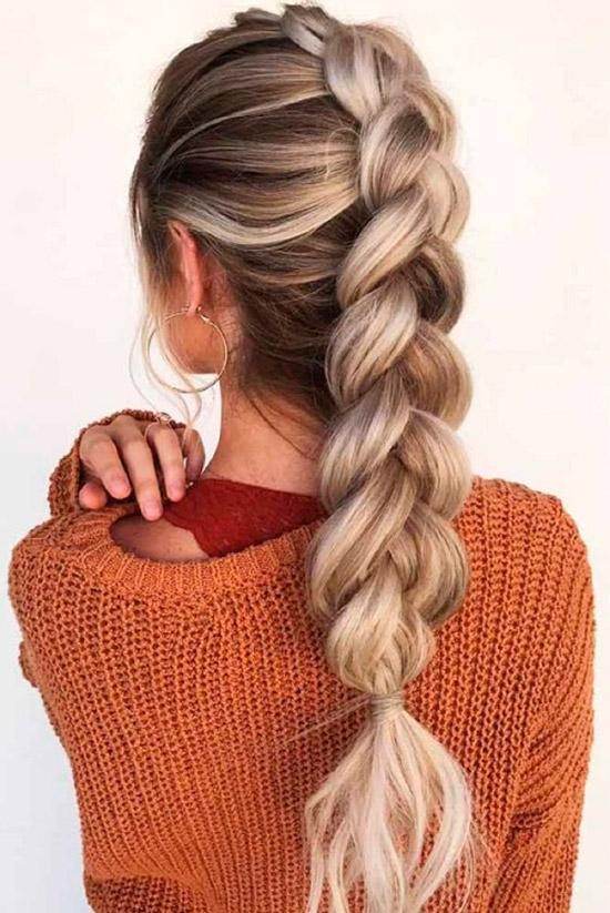 Девушка с объемной французской косой на светлых ухоженных волосах