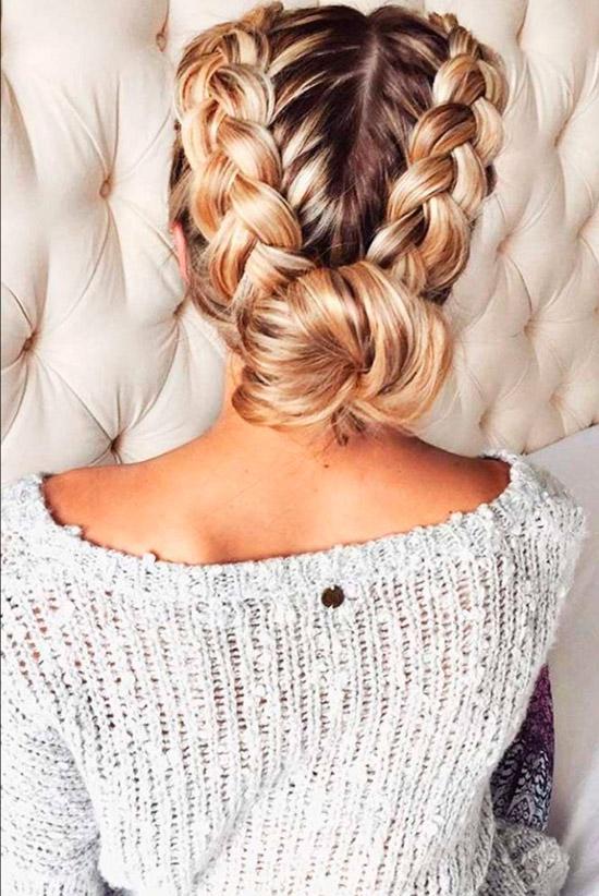 Девушка с объемными косами собранные в пучок на золотых ухоженных волосах
