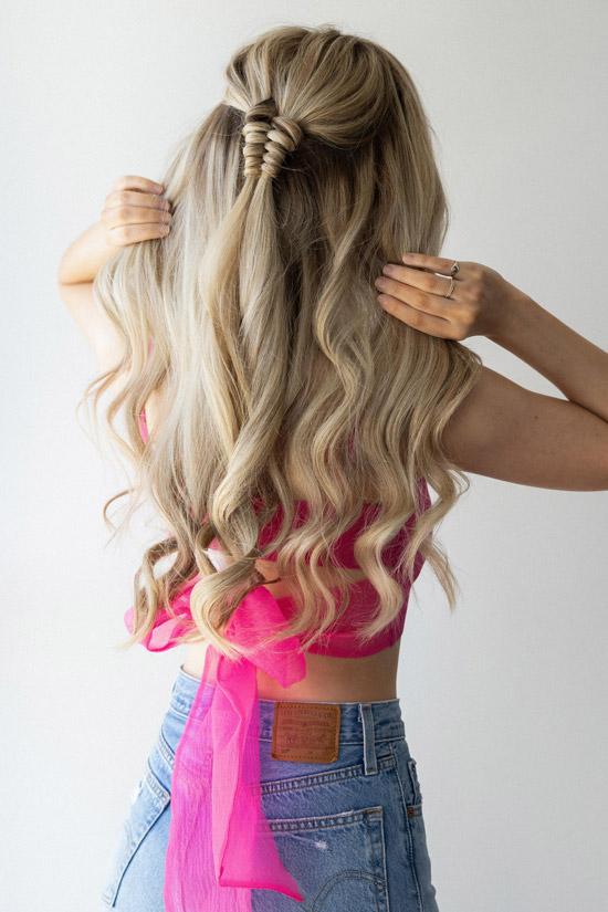 Девушка с полусобранными светлыми волосами с легкими локонами