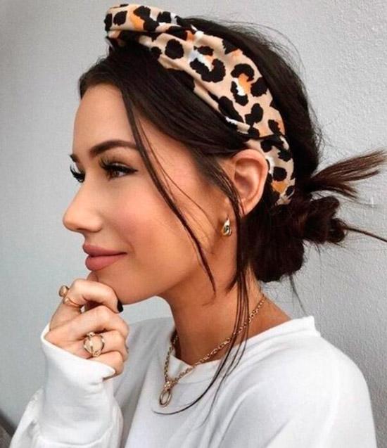 Девушка с повязкой на темных красивых волосах
