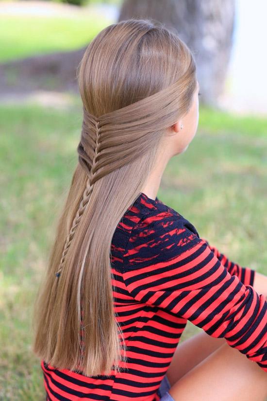 Девушка с простой косичкой на гладких ухоженных волосах