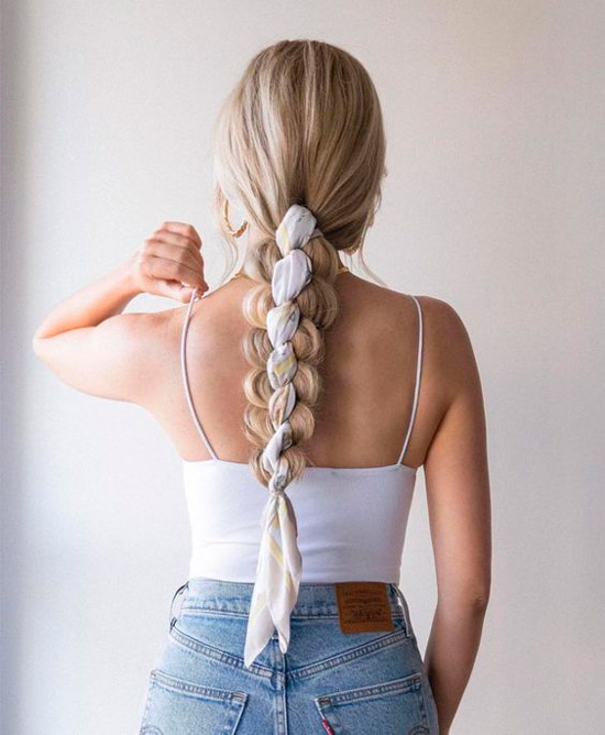 Девушка с простой объемной косой с платком на длинных светлых волосах