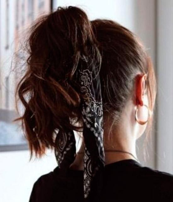 Девушка с простым высоким хвостом с черным платком на темных натуральных волосах