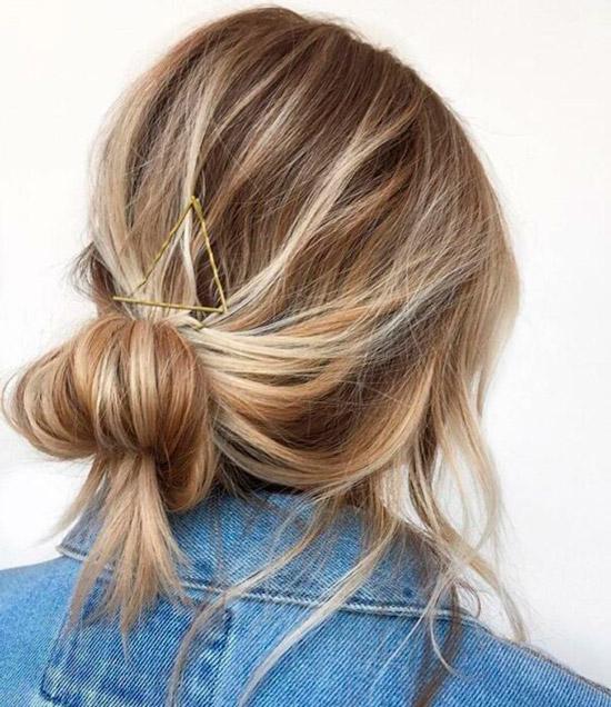 Девушка с растрепанным пучком на светлых волосах средней длины