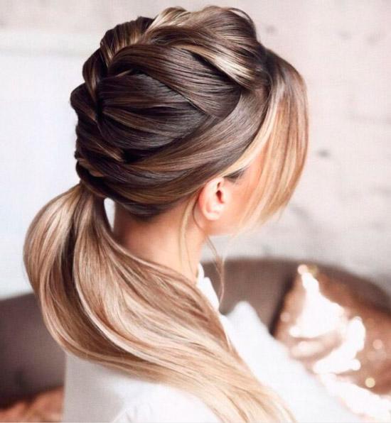 Девушка с шикарной косой на ухоженных натуральных волосах