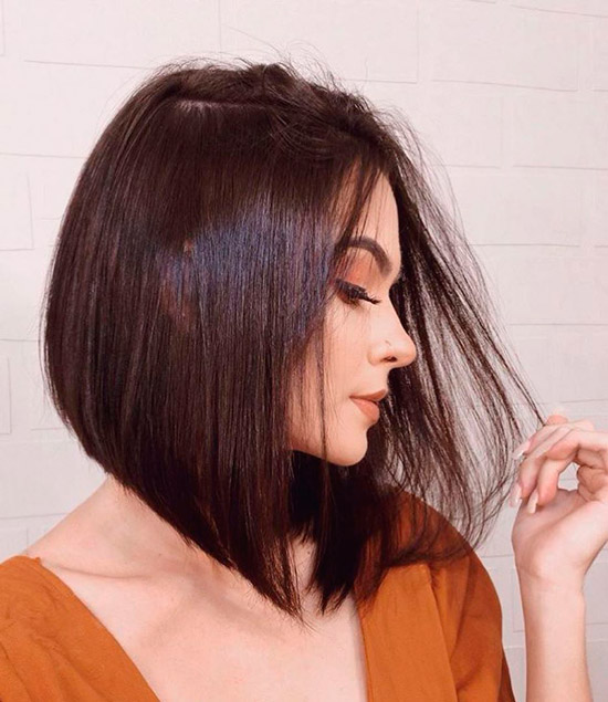 Девушка с темными гладкими волосами средней длины