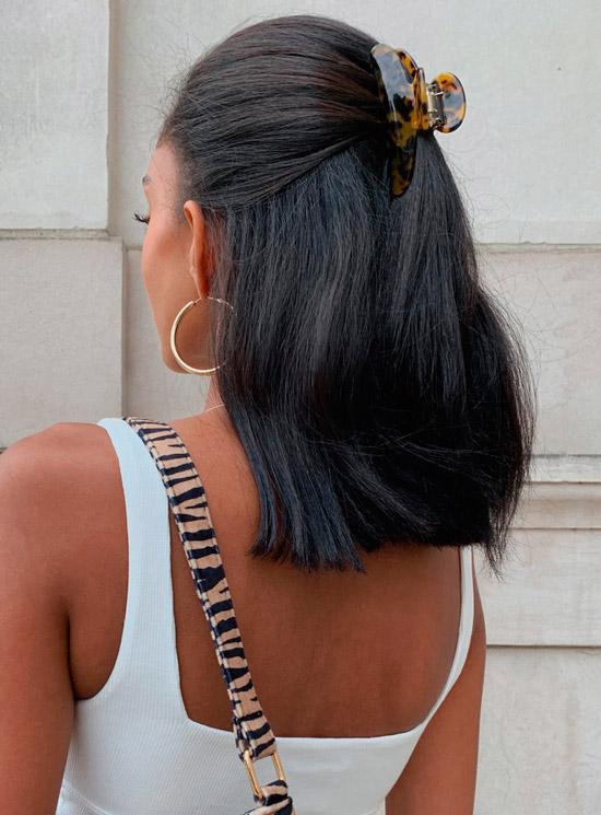 Девушка с темными волосами полусобранные крабиком