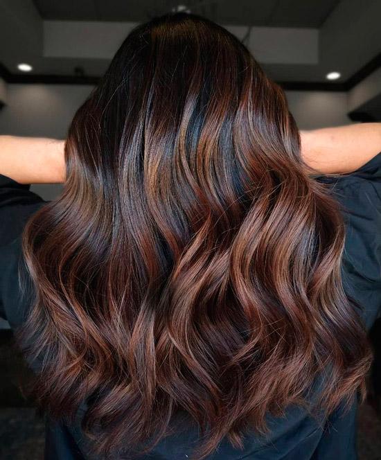 Девушка с ухоженными гладкими волосами красивого коричневого цвета