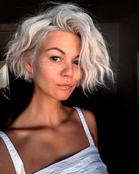 Девушка с воздушными локонами на коротких белых волосах