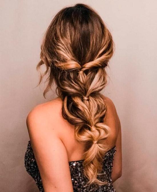 Девушка со свободной прической на длинных натуральных волосах