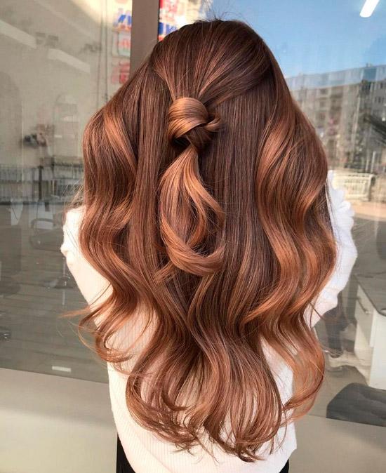 Девушка с коричнево карамельным цветом волос