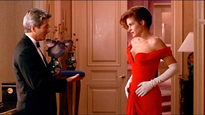 Джулии Робертс в вечернем красном платье до пола с открытым декольте и белыми перчатками в фильме красотка