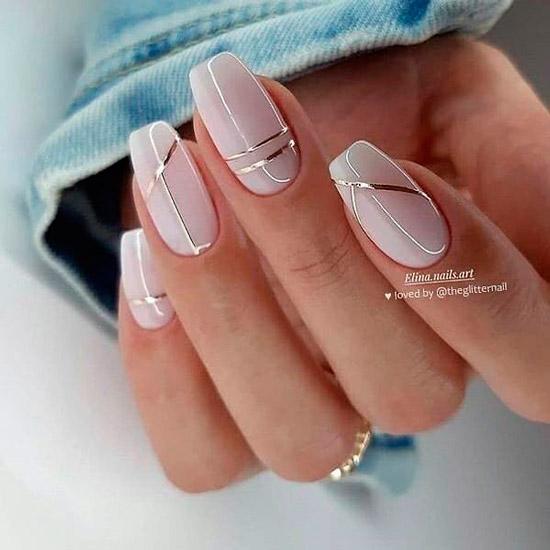 Глянцевый бежевый маникюр с золотыми полосами на ногтях средней длины