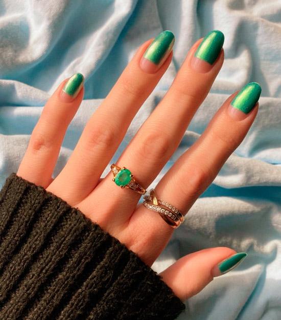 Голографический зеленый маникюр на длинных натуральных ногтях