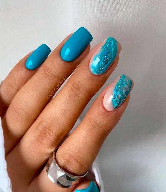 Голубой мраморный маникюр на квадратных ногтях средней длины