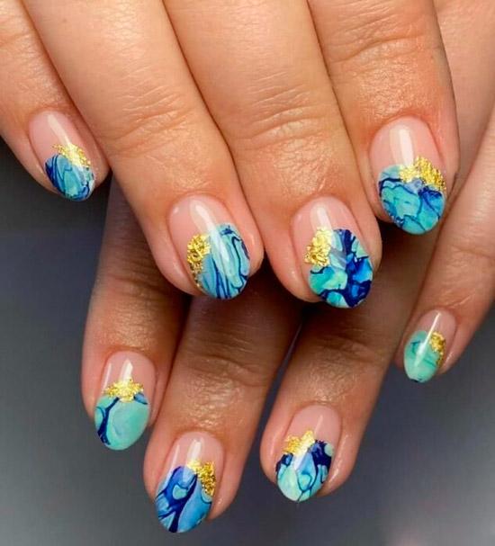Голубой мраморный маникюр с золотой фольгой на коротких овальных ногтях