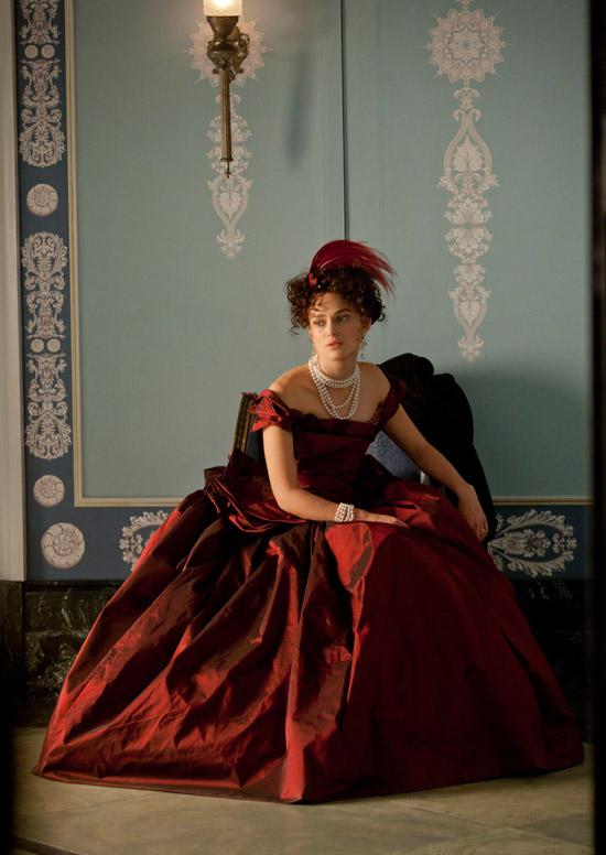 Кира Найтли в бордовом пышном платье до пола