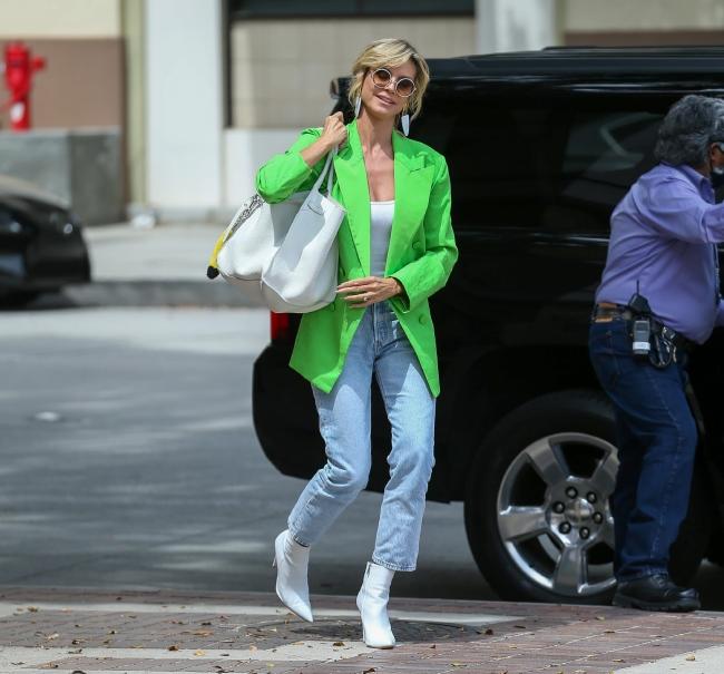 Хайди Клум в модном неоновом пиджаке