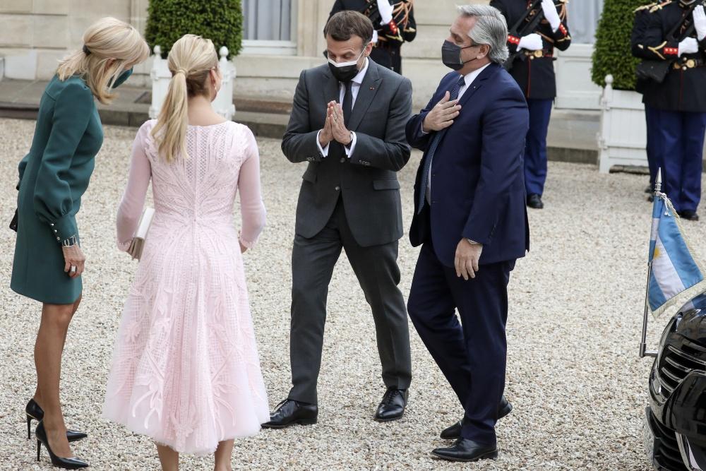 Брижит Макрон в платье до колен