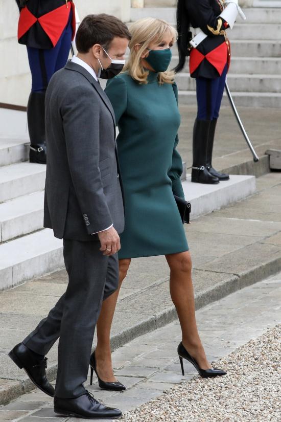 Брижит Макрон в зеленом платье и лодочках