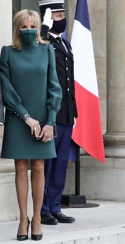 Брижит Макрон в зеленом платье