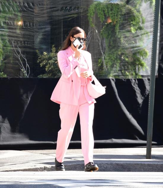 Ирина Шейк в розовом костюме