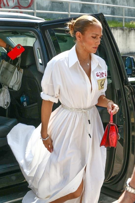 Дженнифер Лопес в белом платье с веревочкой на талии