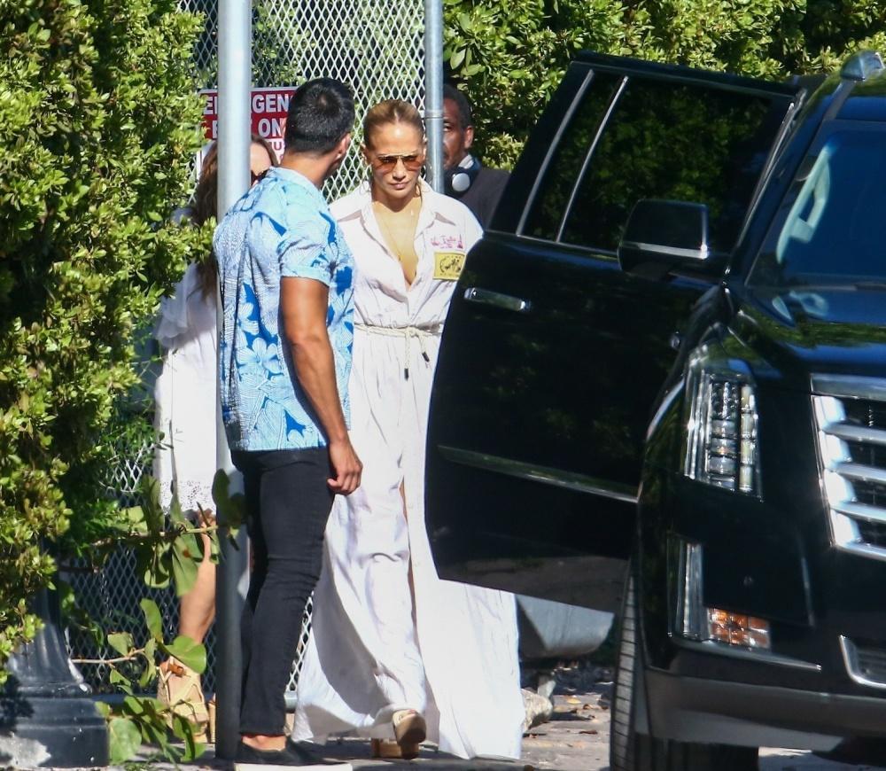 Дженнифер Лопес в платье в пол и босоножках