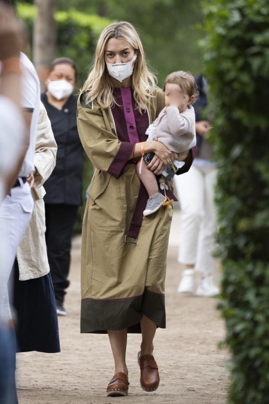 Марта Ортега хмурится в оливковом платье