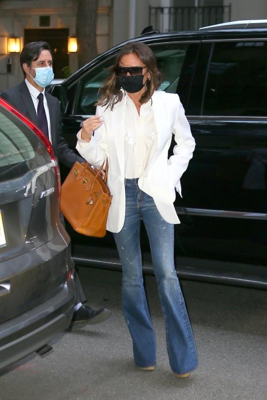 Виктория Бекхэм в джинсах и белом пиджаке