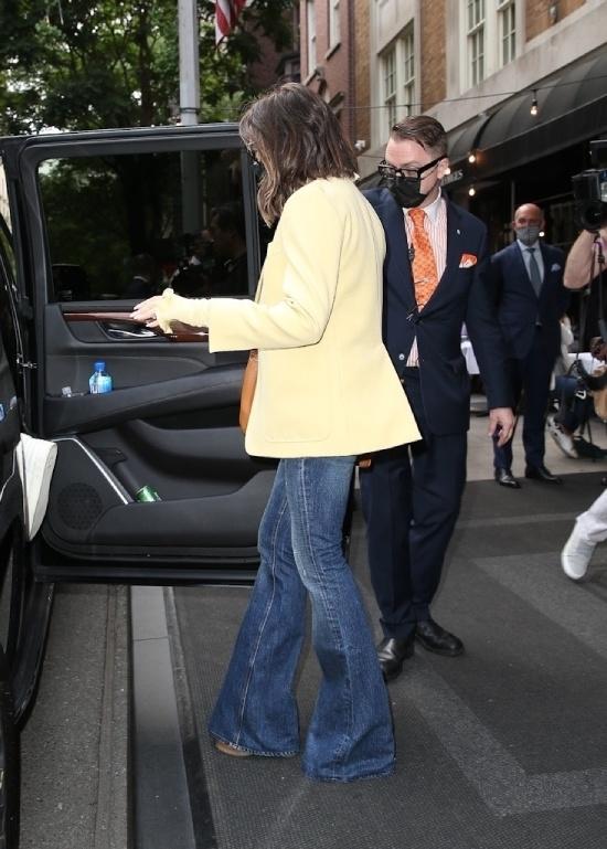 Виктория Бекхэм в лимонном пиджаке и джинсах