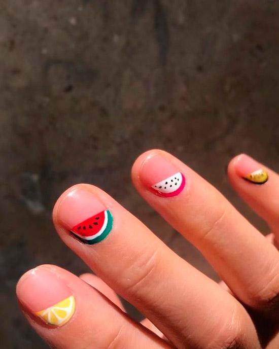 Летний маникюр с фруктами на очень коротких ногтях